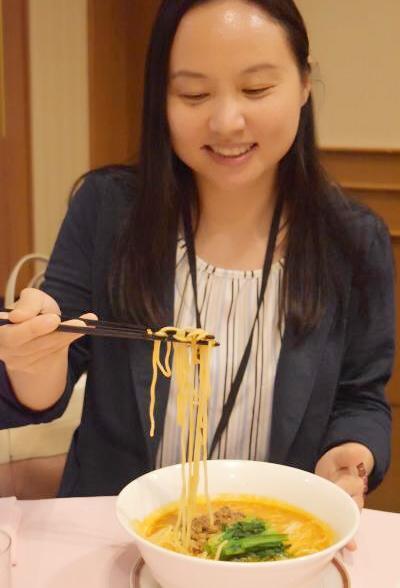 赤坂四川飯店の担々麺を試食する章記者