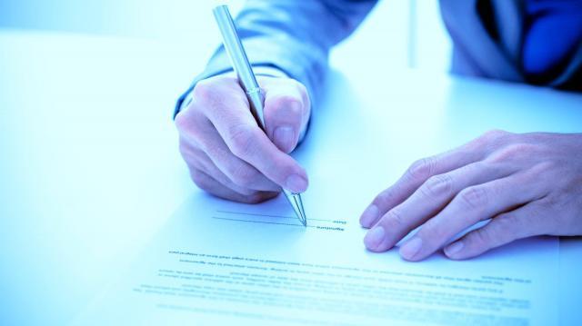 十分に読む時間もないまま名前を書いてしまった書類。「今思えばそれは契約書。当時は知識、注意力がなかった」※写真と記事は直接、関係ありません