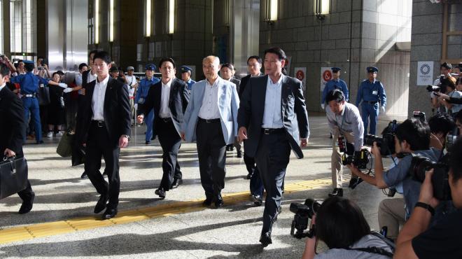 無言のまま足早に退庁する舛添要一さん=2016年6月20日、都庁、池田良撮影