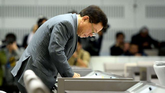 東京都議会総務委員会で一礼する元都知事の猪瀬直樹さん=2013年12月17日、都庁