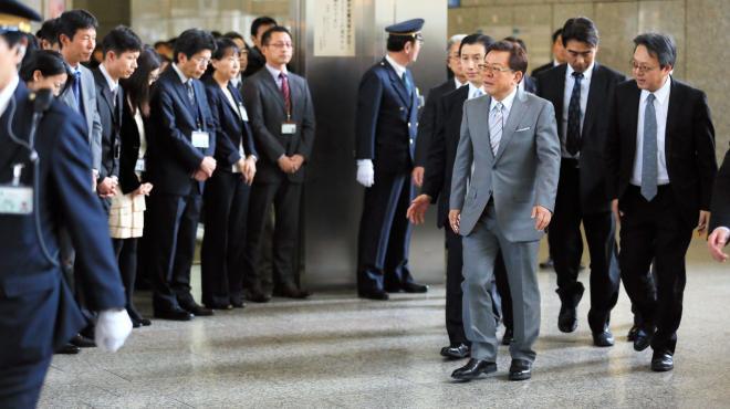 職員に見送られて都庁を出る猪瀬直樹さん=2013年12月24日、東京都新宿区