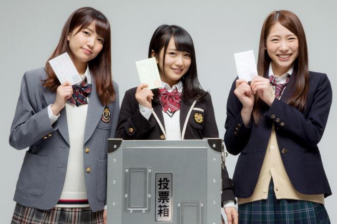 模擬投票用紙を手にするAKB48の(左から)加藤玲奈さん、向井地美音さん、茂木忍さん=2016年3月8日、鬼室黎撮影
