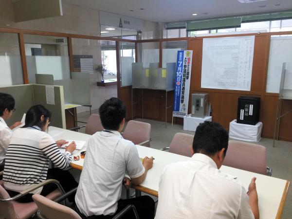 村役場では期日前投票が始まった。利用者は毎回増えているという=岐阜県白川村鳩谷