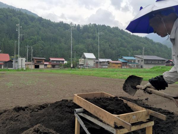 「あれがウーンとなるんだ」。投票日は防災無線がサイレンを鳴らすと農作業の男性が教えてくれた=岐阜県白川村荻町
