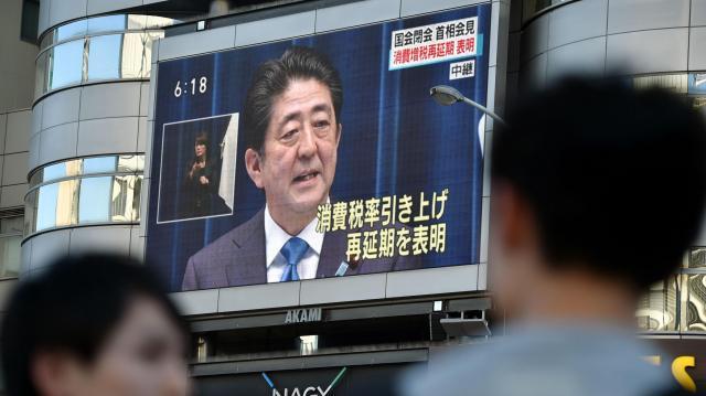 安倍首相の記者会見を伝えるニュースが映し出された街頭の大型ビジョン=2016年6月1日、JR名古屋駅前、小川智撮影