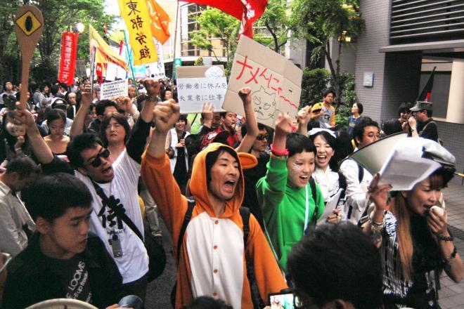貧困と格差の解消訴えデモ行進する若者たち=2008年5月3日