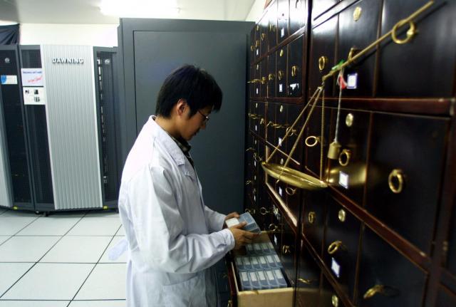 漢方薬の管理に使われているスパコン=北京、2002年4月