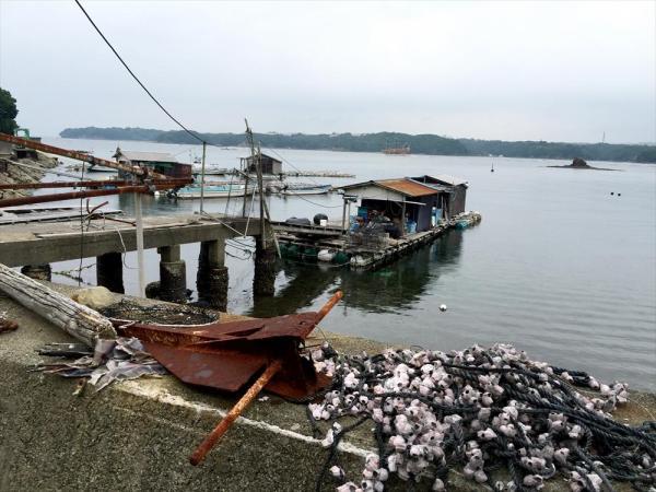 海岸沿いには使われなくなった漁具が転がっていた=三重県志摩市志摩町和具