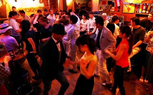 風営法の改正記念パーティーで踊る人たち=6月23日、東京・六本木