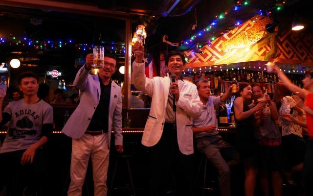 パーティーであいさつする日本ダンススポーツ連盟の山田淳専務理事=6月23日、東京・六本木