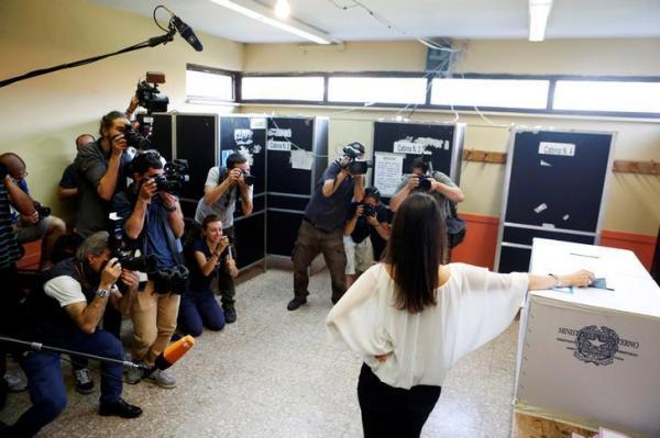 カメラの前でポーズをとるローマ市長に選ばれたビルジニア・ラッジ氏=2016年6月19日、ロイター