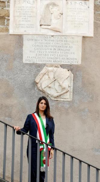 ローマ市庁舎の前に立つローマ市長のビルジニア・ラッジ氏=2016年6月23日、ロイター