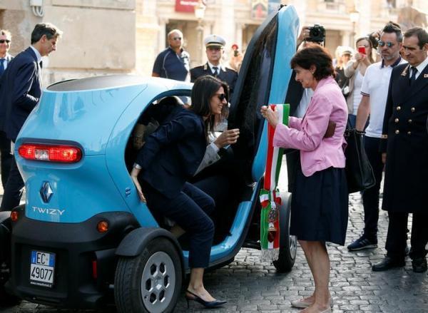 電気自動車で現れたローマ市長のビルジニア・ラッジ氏=2016年6月23日、ロイター