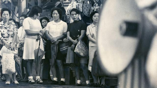 1974年の参院選、女性候補の演説に耳を傾ける女性たち