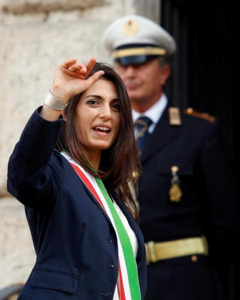 ローマ市庁舎に入るローマ市長のビルジニア・ラッジ氏=2016年6月23日、ロイター