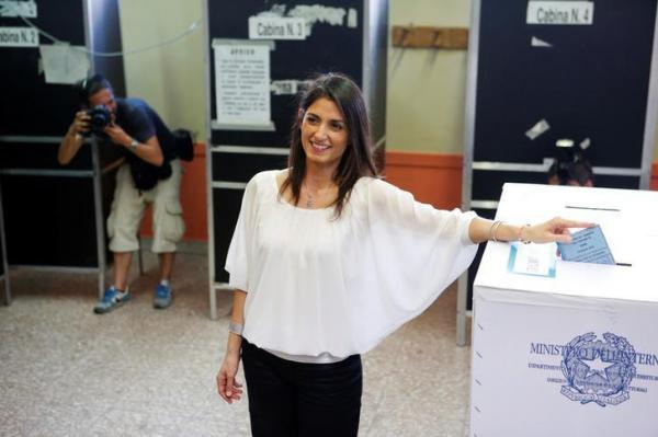 自身が立候補したローマ市長選で投票するビルジニア・ラッジ氏=2016年6月19日、ロイター (2)