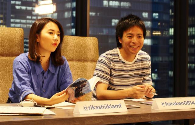 選挙権年齢の引き下げについて、ネット中継をしながら対談する原田謙介さん(右)