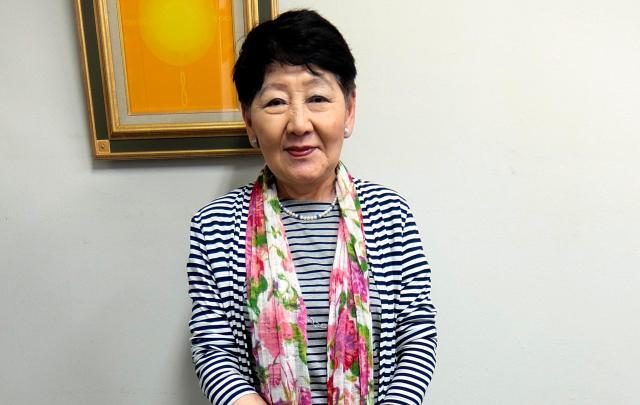 議員時代とは変わり、カジュアルなスタイルの千葉景子さん