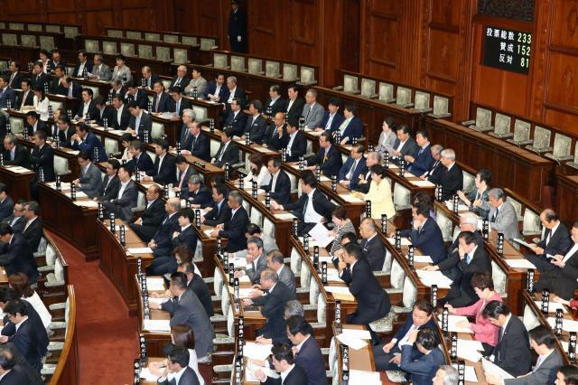 黒やグレーのスーツが圧倒的に多い議場で、ピンクや黄色の女性議員が目立っている=2016年5月20日、飯塚晋一撮影