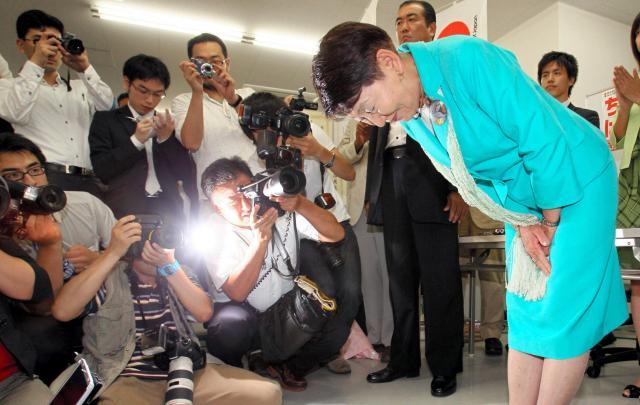 落選した時に着ていたのは、水色のスーツだった=2010年7月12日、高橋雄大撮影