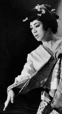女形として舞台に立つ梅沢富美男さん。妖艶さで魅了した=1984年