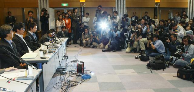 今井紀明さんらの会見には多くの報道陣が集まった=2004年4月30日午後5時30分、東京・霞が関で