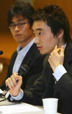 「自分の口で事実を語りたい」と記者会見する今井紀明さん=2004年4月30日午後、東京・霞が関で