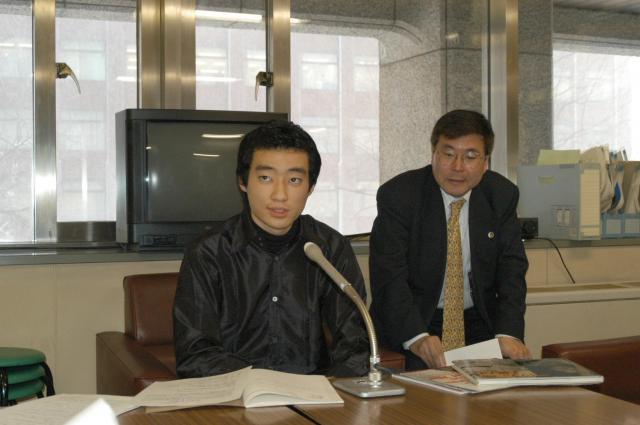 高校3年生の時の今井紀明さん。劣化ウラン弾の脅威を伝えるNGOを設立し、活動内容について発表した=2004年1月、札幌市の道庁記者クラブで