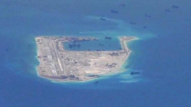 南シナ海の南沙諸島にあるファイアリー・クロス礁。中国の浚渫(しゅん・せつ)船とみられる影がみえる