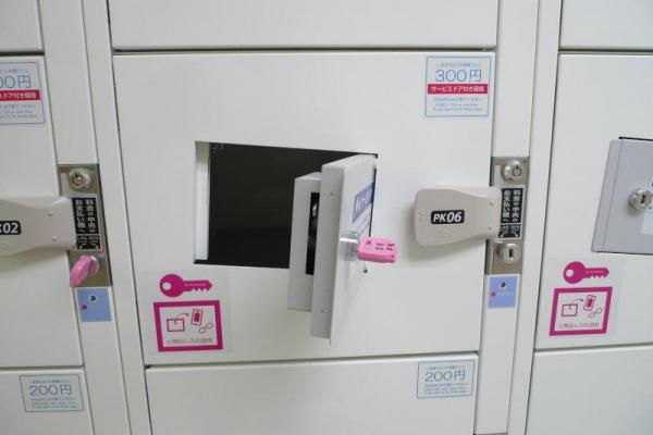 ドアにドアがついたコインロッカー「サービスドア」