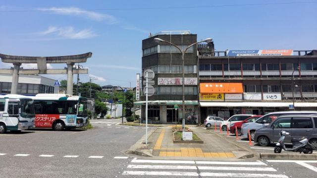工場がある「亀山ヒルズ」からJR亀山駅へ向かった。所要時間15分、タクシー代は2250円。駅で客待ちする運転手によると、シャープの次はまたシャープという状態だった乗客が、今はさっぱりで、「7割、いや半分かな」。