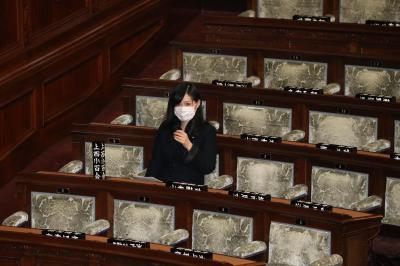無所属となり衆院本会議に臨む上西小百合議員=2015年4月14日、飯塚晋一撮影