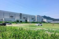 視界に入らないほど巨大なシャープ亀山工場。駐車場も広大だ=三重県亀山市