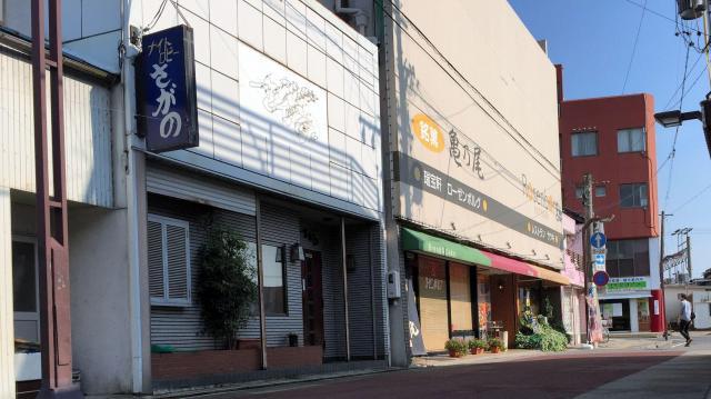JR亀山駅前の商店街は人通りもまばらだった=三重県亀山市