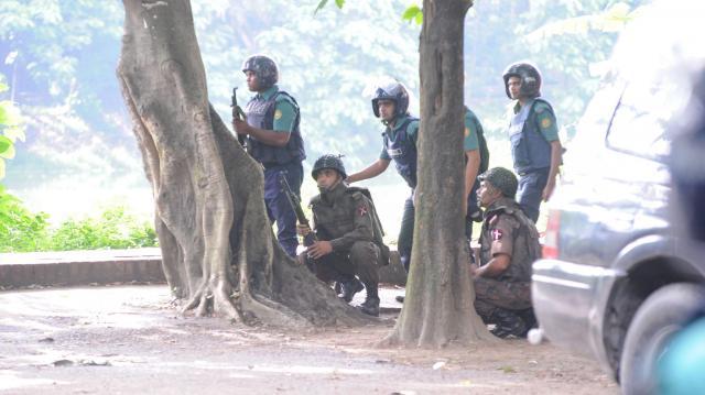 ダッカで起きた襲撃事件の現場周辺を警戒する兵士=ロイター