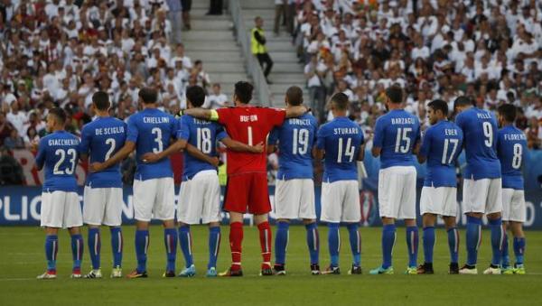 サッカーの欧州選手権でテロの犠牲者のために肩を組むイタリアのサッカー選手