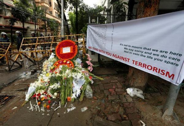 「テロに立ち向かう」と訴える横断幕