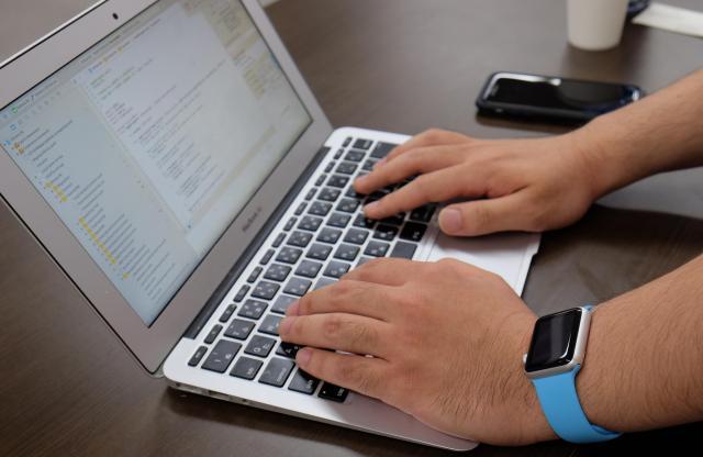 山田さんのMacBook Air。左腕にはしっかりApple Watch。「親の代からMacユーザー」という