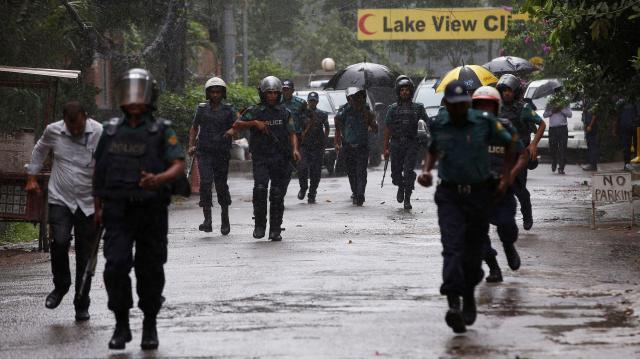 ダッカの襲撃現場周辺を警備する警察官=ロイター