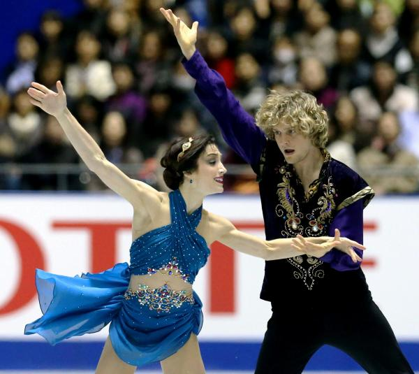 NHK杯アイスダンスで演技するメリル・デービス、チャーリー・ホワイト組=2013年11月、飯塚晋一撮影