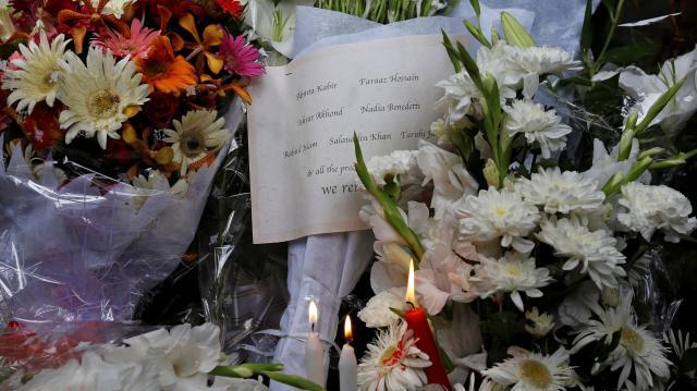 ダッカで起きた襲撃事件の犠牲者を悼むロウソクや花束=ロイター