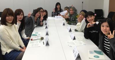 「若者の声が届く政治を実現する会」で学生らと意見交換した上西小百合議員(中央奥)=本人提供