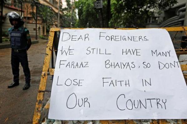 バリケードに貼られた「私たちの国を見放さないで」と書かれた貼り紙