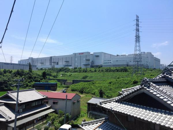 「亀山ヒルズ」にそびえるシャープ亀山工場=三重県亀山市