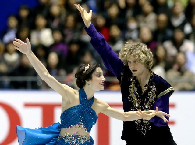 13年11月、NHK杯アイスダンスで優勝したメリル・デービス、チャーリー・ホワイト組。毎年のように日本で開催の大会やアイスショーに出ている=飯塚晋一撮影
