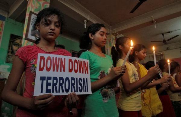 テロ撲滅を訴える少女