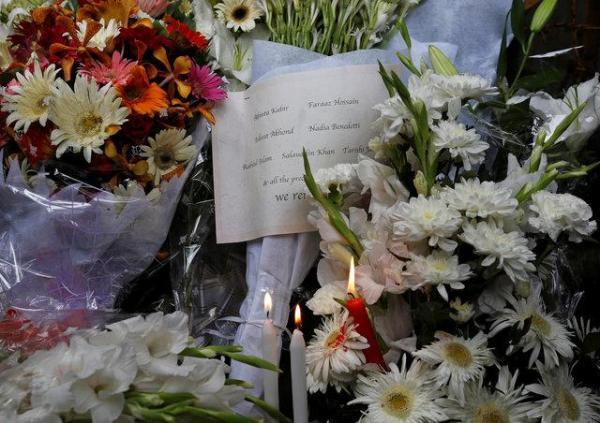 犠牲者のために供えられた花束と手紙