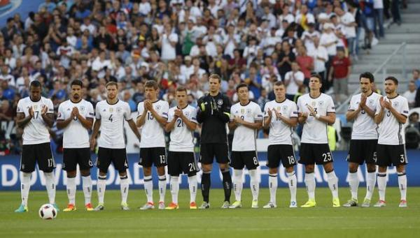 サッカーの欧州選手権でテロの犠牲者のために手を合わせるドイツのサッカー選手