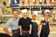 町の魚屋さんを継いだフーリオ・セサルさん(左)