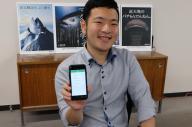 開発したiPhoneアプリをみせる山田良治さん。独立を視野に「今は簿記も勉強中です」=東大阪市の近畿大学、西村悠輔撮影